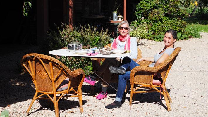 Mittagessen an der Sonne - meine Worklife-Gäste Stefanie und Ella