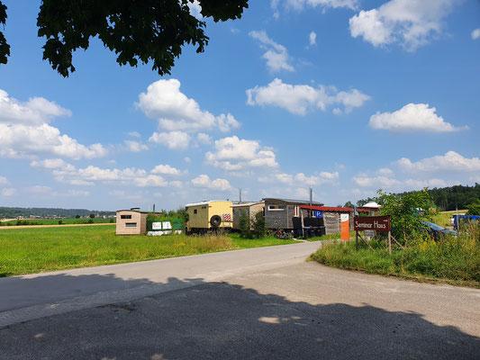Blick in das angegliederte Tinyhaus-Dorf mit dem Earthship