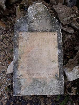 31.01. Dieser uralte Grabstein liegt zusammen mit vielen anderen auf der Entsorgungsstelle der Commune !?!