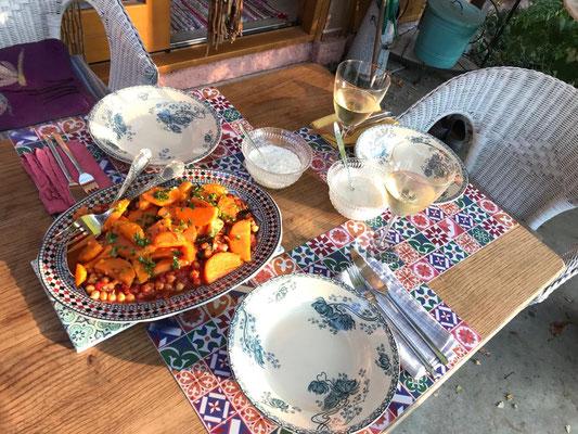 ... am schön gedeckten Tisch auf der Terrasse