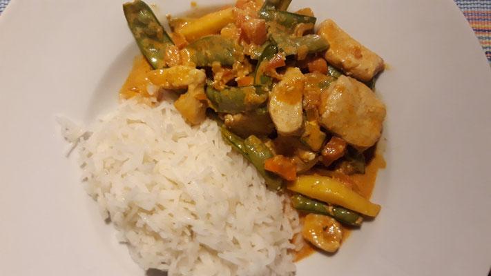 Poulet asiatisch, mit Zuckerschoten und Currysauce