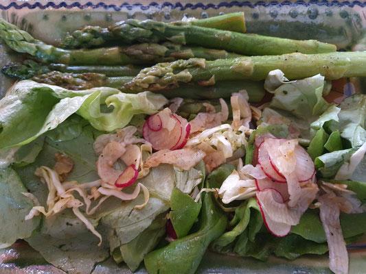Grüner Spargel mit Salat