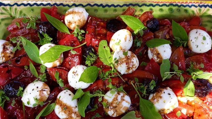 Der Tomatensalat mit Büffelmozarella-Kugeln - jammi!