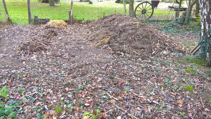 Der Komposthaufen rechts ist frisch aufgeschichtet, links der Anfang des neuen Komposts