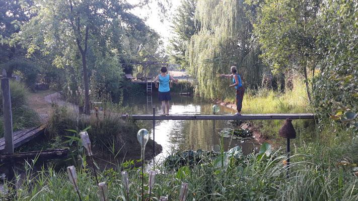 Monika und Maren beim Rohrkolben an die Fische verfüttern