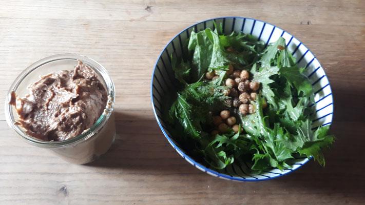 Mizuna mit Kichererbsen und Brotaufstrich aus Mandelmuss, Artischocken & getrockneten Tomaten