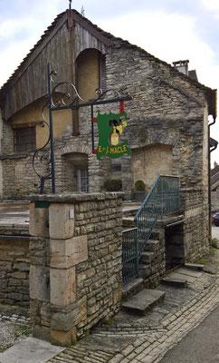 Das kleine Dorf Château Chalon liegt auf einem Vorsprung des ersten Juraplateaus