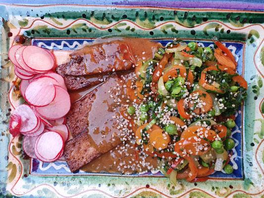 Marinierter Tofu mit Wurzelgemüse und Radieschensalat
