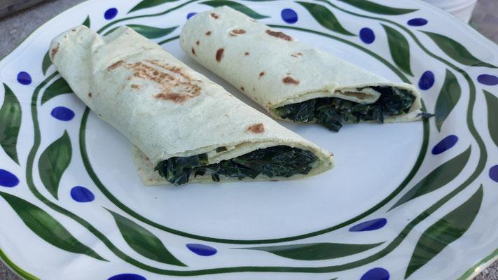 Tortillas, gefüllt mit Kohlrabiblätter-Spinat