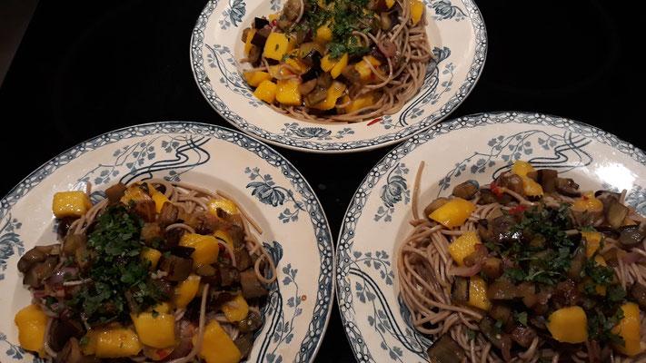 Sobanudeln mit Aubergine und Mango