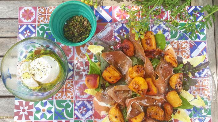 Pfirsich-Speck-Salat mit Orangenblütendressing - dazu frischen Ziegenkäse von der Nachbarin