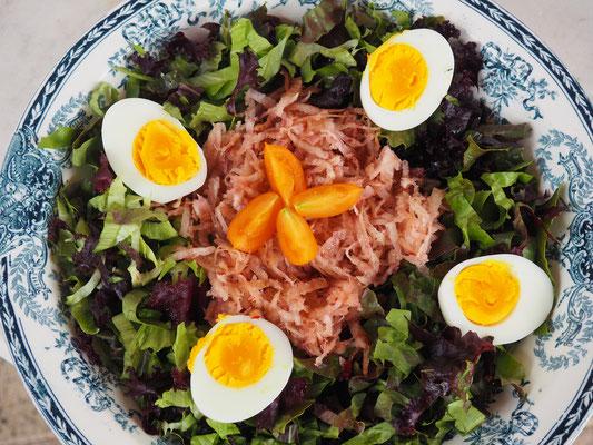 Bunter Salat mit gehobelter roter Bete