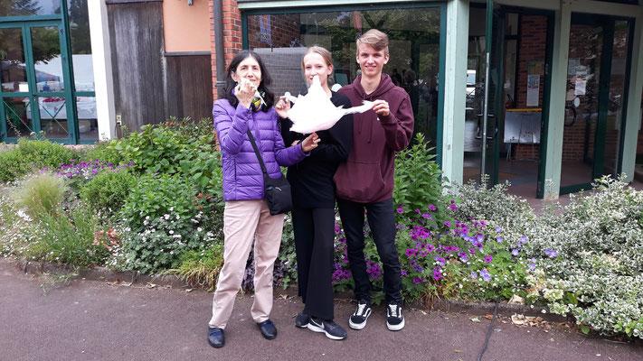 Paula, Zora und Leo mit Zuckerwatte
