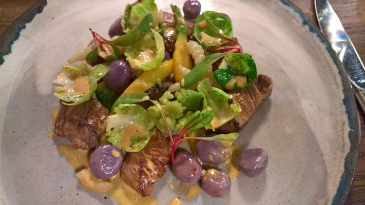 Hauptgang: violette Gnocchi an Boeuf Charolais mit Rosenkohlblättchen