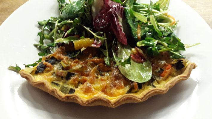 Lauch-Quiche mit frischem Salat