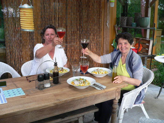 12.06. Abendessen am Tisch auf der Terrasse
