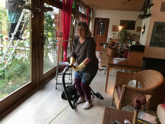 31.10. Wir putzen die Veranda-Fenster - Angela gibt Vollgas!