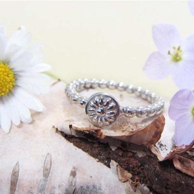 Bolletjes ring met bloem - 52 euro