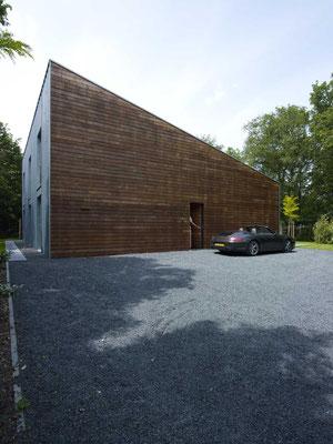 Fassadenverkleidung in Zedern Holz mit integrierter Hauseingangstür