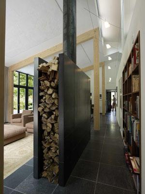 Einbau Bücherregal in Nussbaum