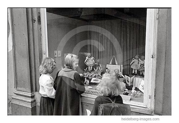 Archiv-Nr.  h4531_17 / Kinder vor der Schaufensterauslage Kaufhaus M. Kochenburg