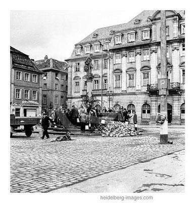Archiv-Nr. h4512_9 / Wasserbeschaffung am Herkulesbrunnen Ostern 1945
