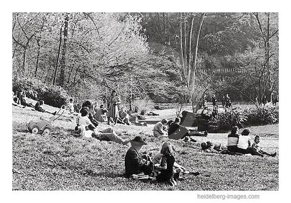 Archiv-Nr. 4531_12H / Besucher auf der Schlossgartenwiese
