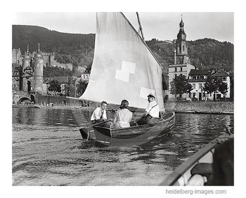Archiv-Nr. 3021H / Studenten mit Segelboot vor der Alten Brücke 1927