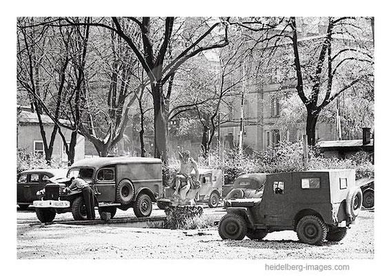 Archiv-Nr. hr4530_23 / Militärjeeps vor dem Neptunbrunnen