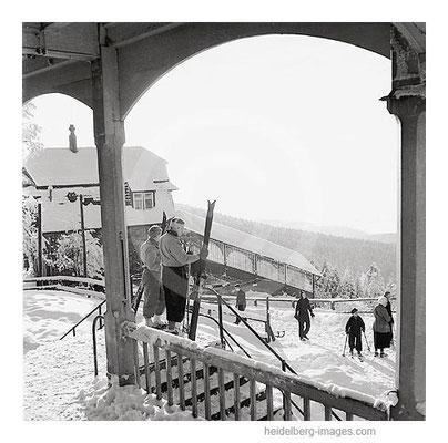 Archiv-Nr. h13/6 / Skifahrer an der Bergbahnstation
