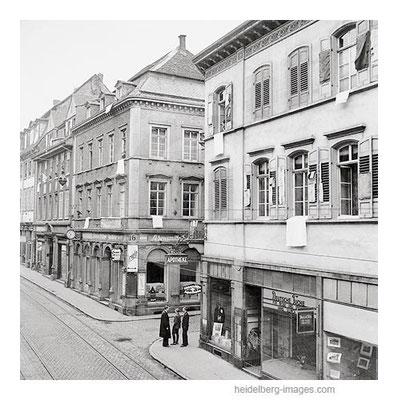 Archiv-Nr. hr99 / Kapitulation 1945 / an Ostern hängen weisse Fahnen in der Hauptstrasse