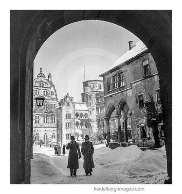 Archiv-Nr. 9/8 Blick vom Torbogen in den verschneiten Schlossinnenhof