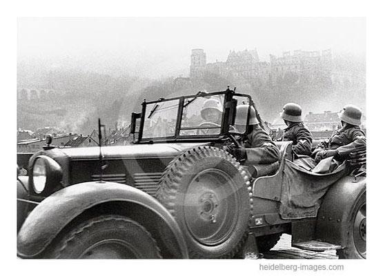"""Archiv-Nr. hr167 / Soldaten des  in der """"Großdeutschlandkaserne"""" stationierten Infanterieregiments 110 fahren 1937 auf der Alten Brücke"""
