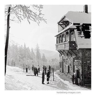 Archiv-Nr. h12/6 / Skifahrer an der verschneiten Bergbahnstation