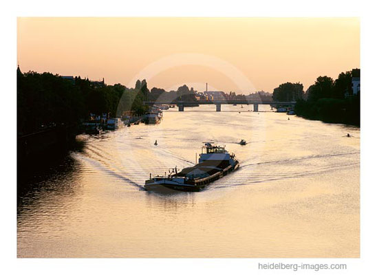 Archiv-Nr. hc2001120 / Abendstimmung Neckar mit Schlepper