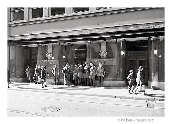 Archiv-Nr. 4563_8H / Soldaten vor dem Kaufhof Woolworth