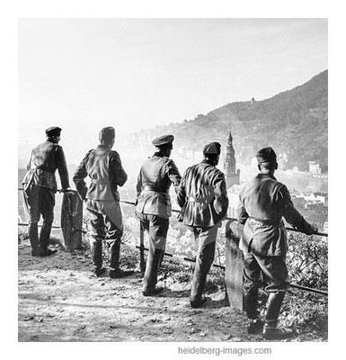 Archiv-Nr.  hr172 / Soldaten der Wehrmacht blicken auf die Heidelberger Altstadt