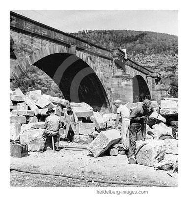 Archiv-Nr. h4544-1 / Steinmetze beim Wiederaufbau der Alten Brücke