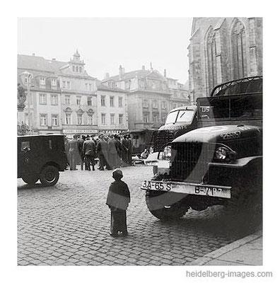 Archiv-Nr. h4540_2 / Amerikanische Soldaten u. LKW´s auf dem Marktplatz