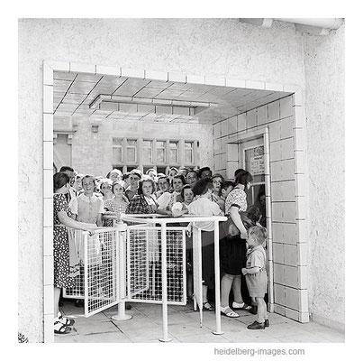 Archiv-Nr. 27_2H / Warteschlange vor dem Thermalbad