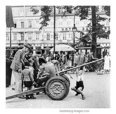 Archiv-Nr. hr259 / Waffenvorführung der Wehrmacht auf dem Bismarkplatz