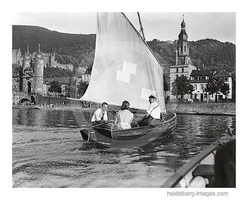 Archiv-Nr. h3021 / Studenten bei einer Bootsfahrt vor der Alten Brücke 1927