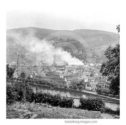 Archiv-Nr. h29_1 / Blick vom Philosophenweg auf den Brand der Neuen Universität 16. Juni 1948