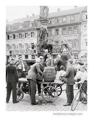 Archiv-Nr. h3042 / Studenten feiern am Marktplatzbrunnen