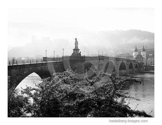 Archiv-Nr. 94125h / Alte Brücke und Schloss im Morgennebel