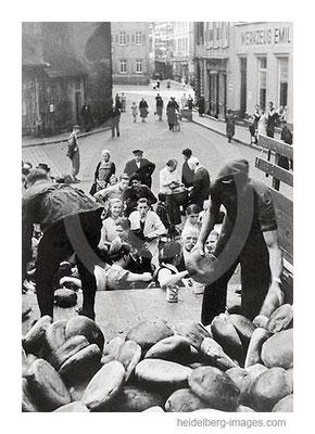 Archiv-Nr. hr130 / Brotverteilung auf dem Marktplatz