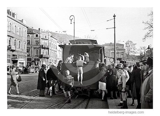 Archiv-Nr. 4531-1H / Schulkinder springen auf den Feurigen Elias auf / Bismarkplatz