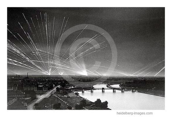 Archiv-Nr. hr21_57 / Flakscheinwerfer über Mannheim