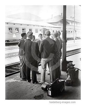 Archiv-Nr. h3025 / Studenten auf dem Bahnsteig
