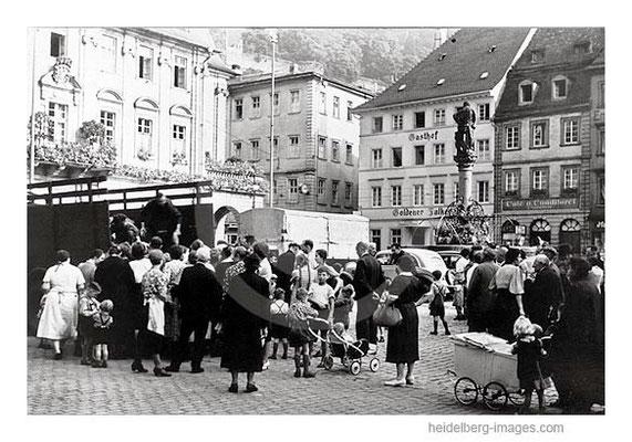 Archiv-Nr. hr129 / Brotverteilung vor dem Rathaus